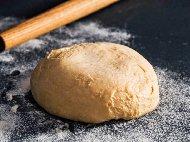 Класическо домашно италианско тесто за пухкава пица с брашно за пица и мая